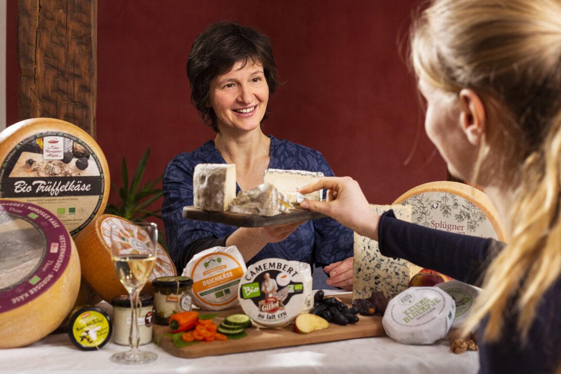 Cordula reicht Käse zum Probieren